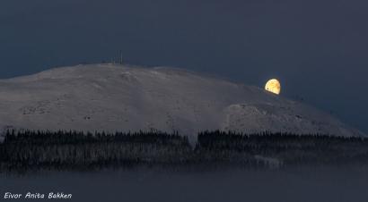 """""""månen ruller ned Trysilfjellet"""""""