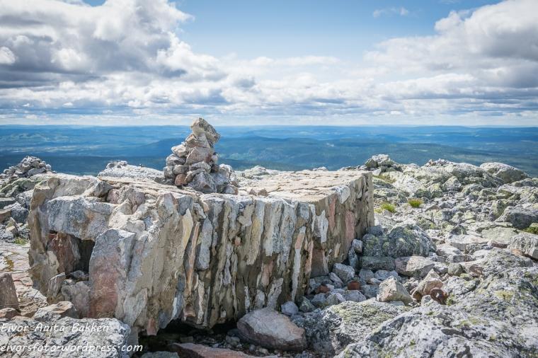 Rester av pipa til Brannvakthytta.