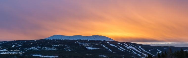 Solnedgang over fjellet.